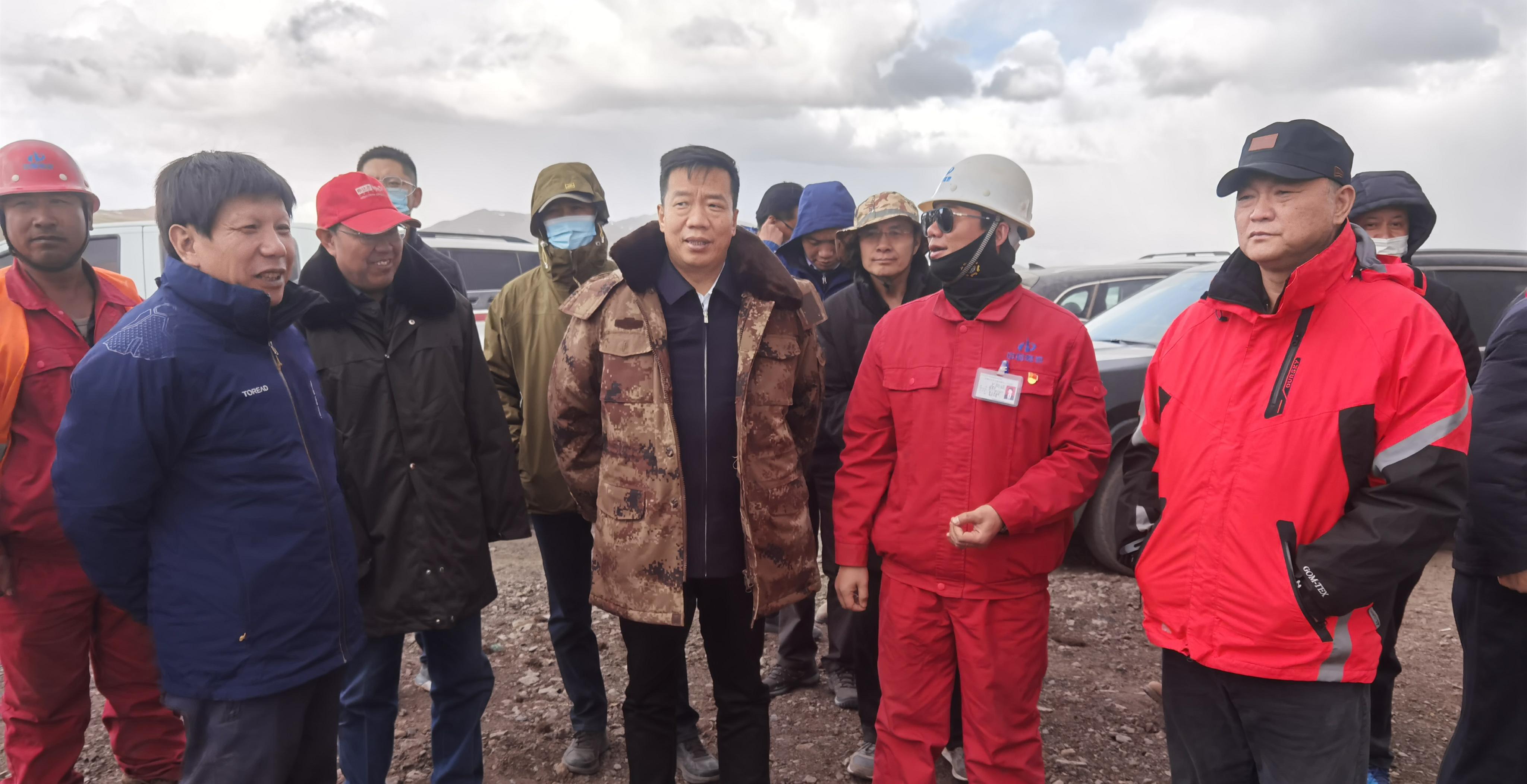 张保军一行到木里矿区生态环境综合治理项目现场调研